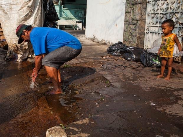 Moradores lavam as mãos em vazamento de água na Rua Correia Dias na altura do numero 100, no bairro do Paraíso. (Foto: Victor Moriyama/G1)