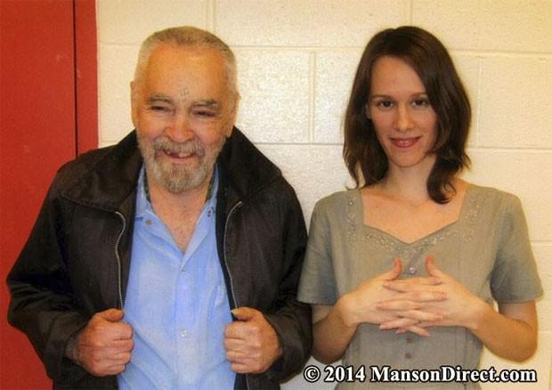 Charles Manson ao lado de sua 'noiva', Afton Elaine Burton (Foto: Reprodução/Facebook/Charles Manson (Official))