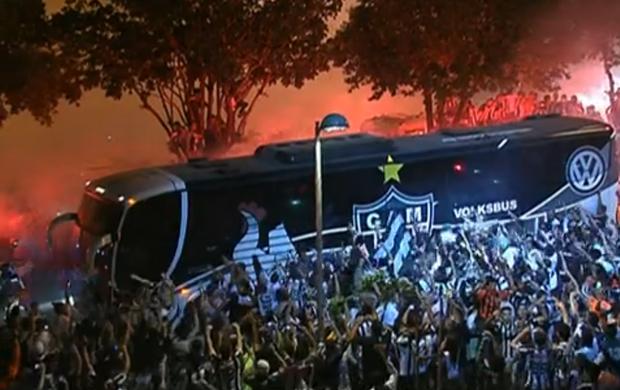 Ônibus do Atlético-MG recebido por massa alvinegra na chegada ao Mineirão (Foto: Reprodução SporTV)