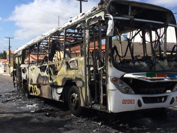 19/01: Ônibus é incendiado em Santos Reis, bairro de Natal (Foto: Heloisa Guimarães/Inter TV Cabugi)