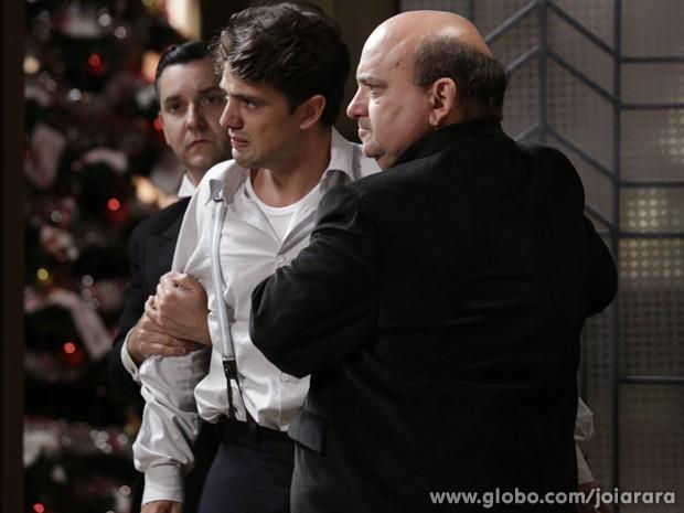 Delegado tenta acalmar Viktor (Foto: Fábio Rocha/TV Globo)