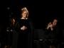 Adele erra e pede para recomeçar apresentação no Grammy