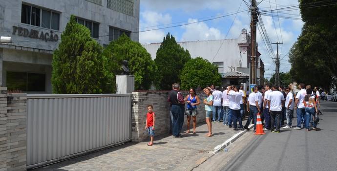 Movimentação em frente da Federação Paraibana de Futebol (Foto: Cadu Vieira / GloboEsporte.com)