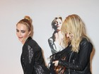 De shortinho, Cara Delevingne brinca com modelo em festa na Inglaterra