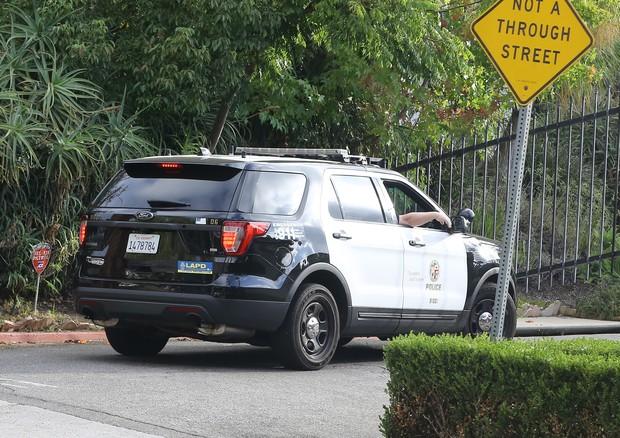 Carro do Departamento de Polícia de Los Angeles entra na mansão do ex-casal (Foto: AKM-GSI)