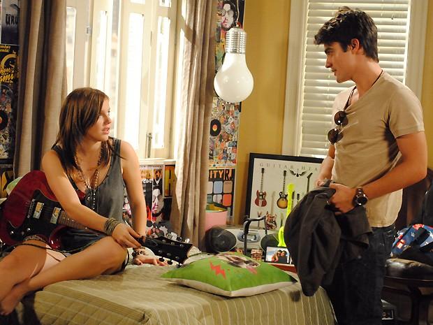 Em um papo descontraído, Lia descobre que Vitor vai estudar na sala dela (Foto: Malhação / TV Globo)