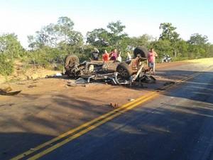 Carro fica destruído após acidente com carreta no Sul do Piauí (Foto: Jenerson Gonçalves)