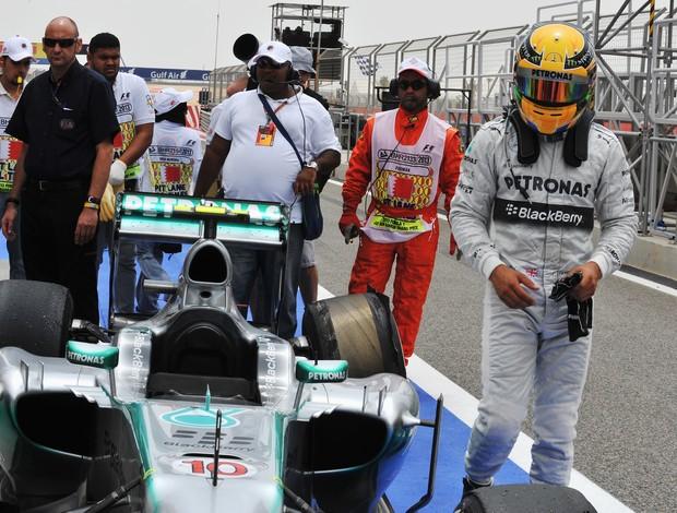 Lewis Hamilton sofre com furo de pneu no último treino livre para GP do Bahrein (Foto: Getty Images)