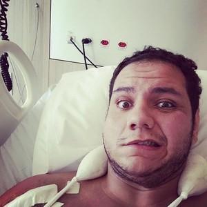 Rafael Silva posta foto após cirurgia (Foto: Reprodução/Facebook)