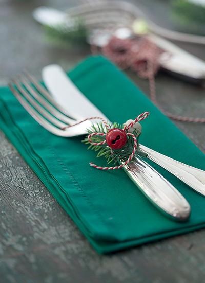 Guizos, barbante e um raminho no talher fazem a maior diferença na mesa (Foto: Fotos Cacá Bratke/Editora Globo | Realização Cláudia Pixu | Produção Ellen Annora)
