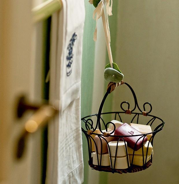Acomodadas numa cesta pendurada no porta-toalhas, as barras de sabão ficam bem à vista e ainda funcionam como um sachê gigante. Para um  acabamento caprichado, arremate a cordinha com rodelas de feltro (Foto: Foto Ricardo Corrêa/Editora Globo)