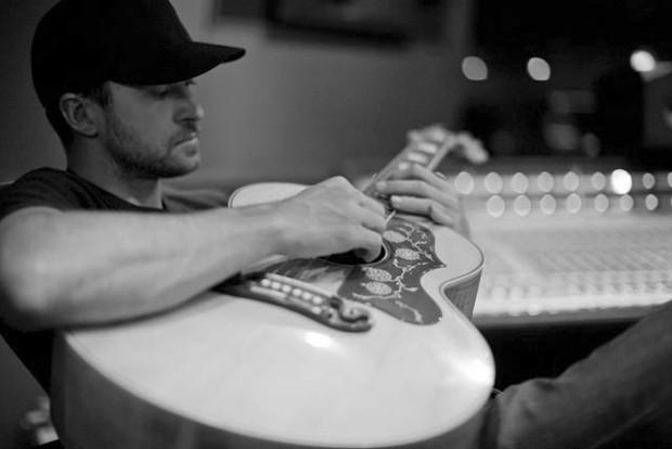 Cantor americano Justin Timberlake toca violão em sessão de gravação do álbum 'The 20/20 experience' (Foto: Divulgação/Justintimberlake.com)