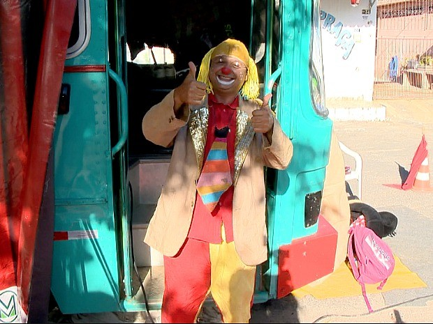 Ex-motorista transforma ônibus em circo ambulante no Espírito Santo (Foto: Reprodução/ TV Gazeta)