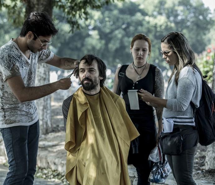 Júlio Andrade faz os retoques finais (Foto: Ellen Soares/Gshow)