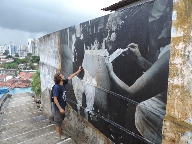 Beto Figueiroa propõe um passeio pela fé das pessoas que sobem o Morro da Conceição (Foto: Katherine Coutinho / G1)