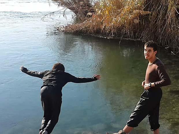 Foto divulgada em setembro de 2014 mostra dois membros do Estado Islâmico no rio Eufrates na cidade de Raqqa, na Síria (Foto: Militant website via AP)