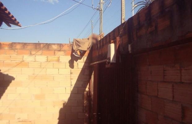 Jovem morre eletrocutado ao tentar pular muro da própria casa, em Caldas Novas, Goiás (Foto: Reprodução/TV Anhanguera)