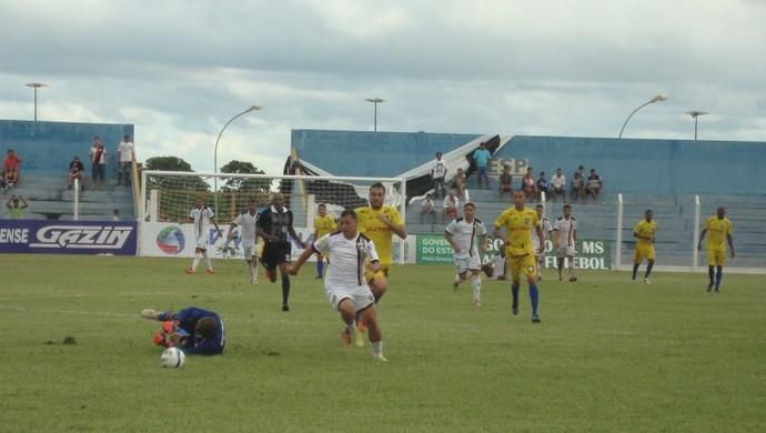 Serginho arranca para marcar o quinto gol do Novoperário sobre o Cene (Foto: Nyelder Rodrigues/FFMS)