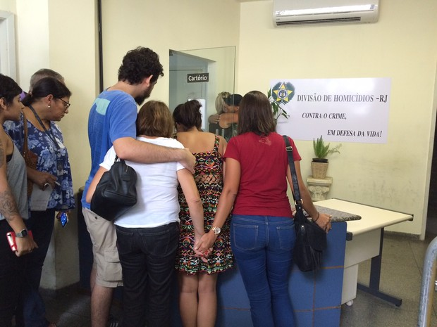 Filho de Carlos e amigo da família estiveram na Divisão de Homicídios na manhã desta quarta-feira (17) (Foto: Matheus Rodrigues / G1)