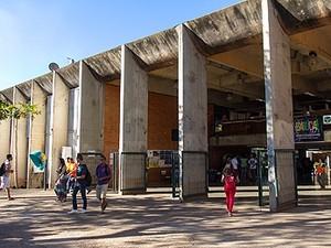 Entrada lateral do Instituto Central de Ciências, maior prédio da Universidade de Brasília (Foto: Isa Lima/UnB Agência)