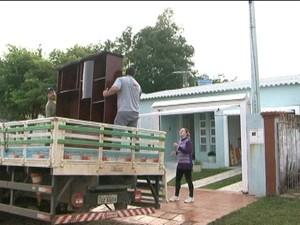 Donativos são entregues às famílias atingidas pela cheia do Rio Uruguai, em Itaqui (Foto: Reprodução/RBS TV)