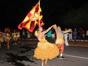 Mestre sala e porta bandeira comandava a alegria no desfile da Unidos da Santana (Foto: Patrícia Andrade/G1)