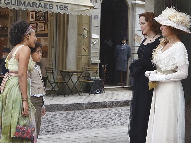 Berenice leva Elias até Constância e apresenta os dois (Foto: Lado a Lado / TV Globo)