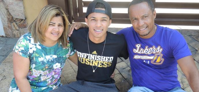 Vitinho, Corinthians, com a família (Foto: Marcelo Braga)
