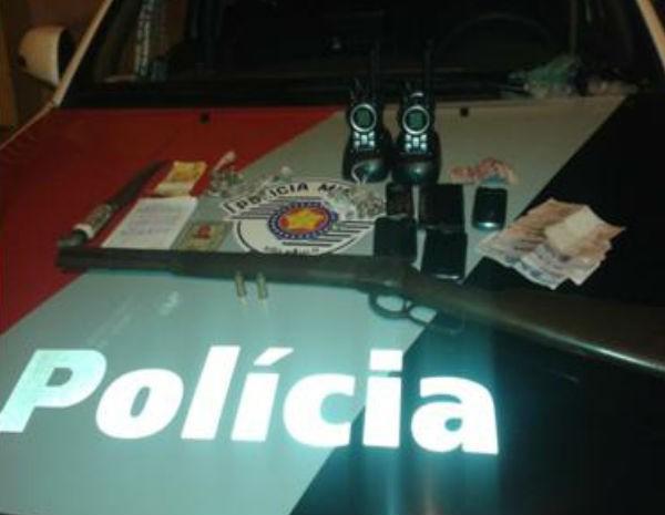Homem é preso por tráfico de drogas e porte ilegal de arma no bairro Caçapava Velha. (Foto: Divulgação/Polícia Militar)