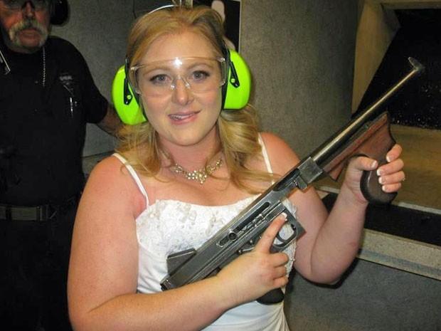 Foto de 28 de julho de 2012 mostra Lindsae MacDuff com uma arma automática na Gun em Las Vegas depois de seu casamento (Foto: Bob MacDuff/ Arquivo/ AP)