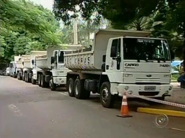 Entre os veículos recuperados estão caminhões, máquinas niveladoras, tratores, retroescavadeiras, rolo compactador. (Foto: Reprodução TV TEM)