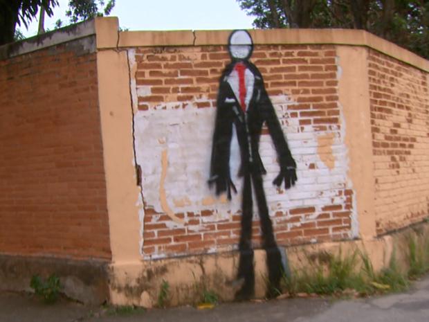 Desenhos foram espalhados por muros da cidade (Foto: Eder Ribeiro/EPTV)