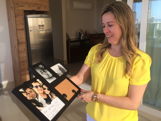 Miriam guarda com carinho porta-retrato que filha tinha dado a Cristiano Ara�jo, em Goi�nia, Goi�s (Foto: Paula Resende/ G1)