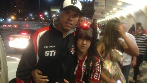 Luis Fabiano recebe apoio de torcedora em aeroporto (Foto: David Abramvezt)