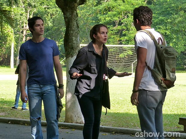 Antonio fica feliz com a reação de Anita, mas não vê o olhar dela para Ben (Foto: Malhação/ TV Globo)