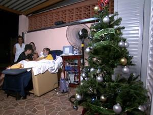 Diego e a família no primeiro Natal em casa de sua vida (Foto: Reprodução EPTV)