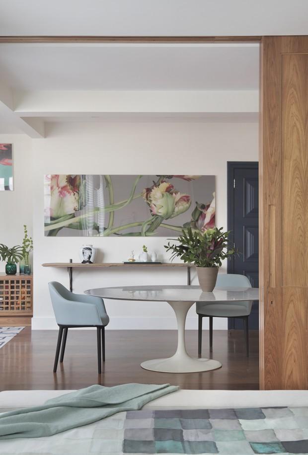 SALA DE JANTAR | A mesa oval Saarinen pertecia ao acervo da proprietária. Cadeiras, modelo Softshell, da Micasa (Foto: Denilson Machado - MCA Estúdio/Divulgação)
