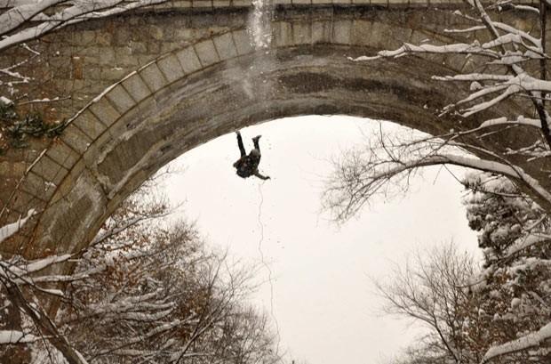 Fotógrafo flagra queda de homem que fazia rapel em parque na China (Foto: Reuters/Stringer)