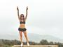Thaila Ayala posa de shortinho e barriga de fora na Califórnia