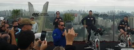 """Amante de pedal, Arnold para treino """"cycling in the air"""" em São Paulo"""