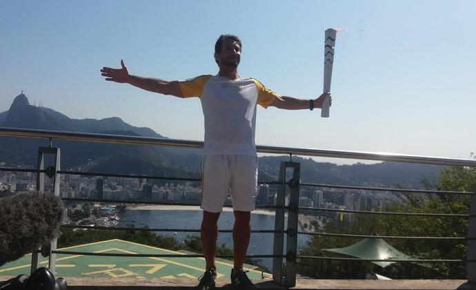 Flavio Cantos com a tocha olímpica no Pão de Açúcar (Foto: Carlos Alberto Guimarães)