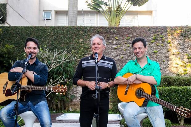 Otávio Mesquita com a dupla Mateus e Cristiano (Foto: Manuela Scarpa/Brazil News)