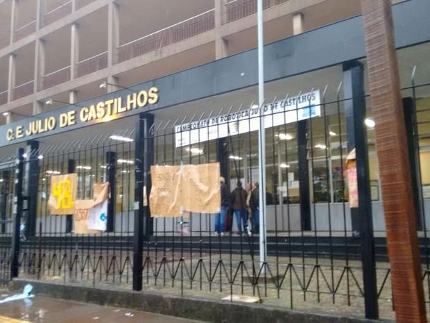 Ocupação teve integrante de entidade preso dentro do Colégio Júlio de Castilhos, em Porto Alegre (Foto: Dayanne Rodrigues/RBS TV)
