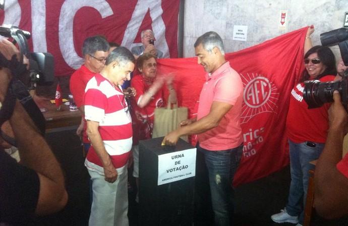 Romário, eleições do america-rj (Foto: Chandy Teixeira)