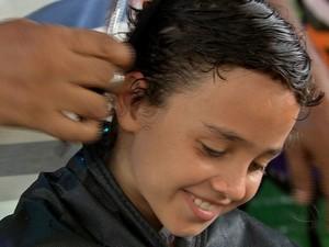 Luis Guilherme cortou o cabelo no último sábado (31), em um acampamento (Foto: Reprodução/TVCA)