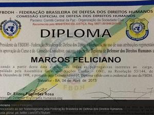 No Twitter, deputado Feliciano publicou foto de diploma de defensor dos direitos humanos (Foto: reprodução/twitter)