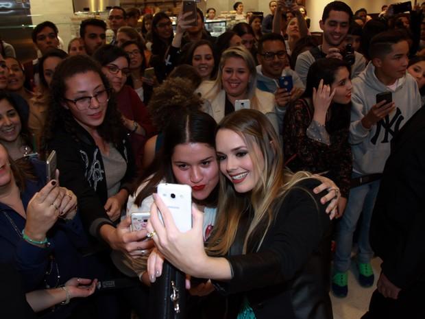 Thaeme com fãs em pré-estreia de filme em São Paulo (Foto: Marcos Ribas/ Brazil News)
