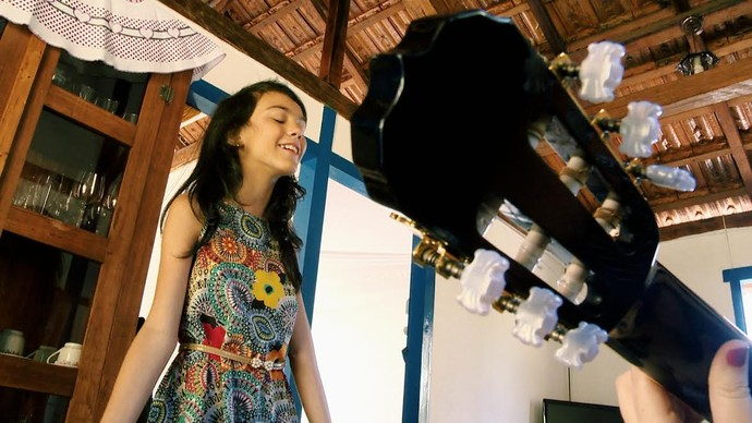 """Maria Vittória, a """"The Voice Kids"""" capixaba, canta e bate papo com equipe do 'EMME'. (Foto: Divulação/ TV Gazeta ES)"""
