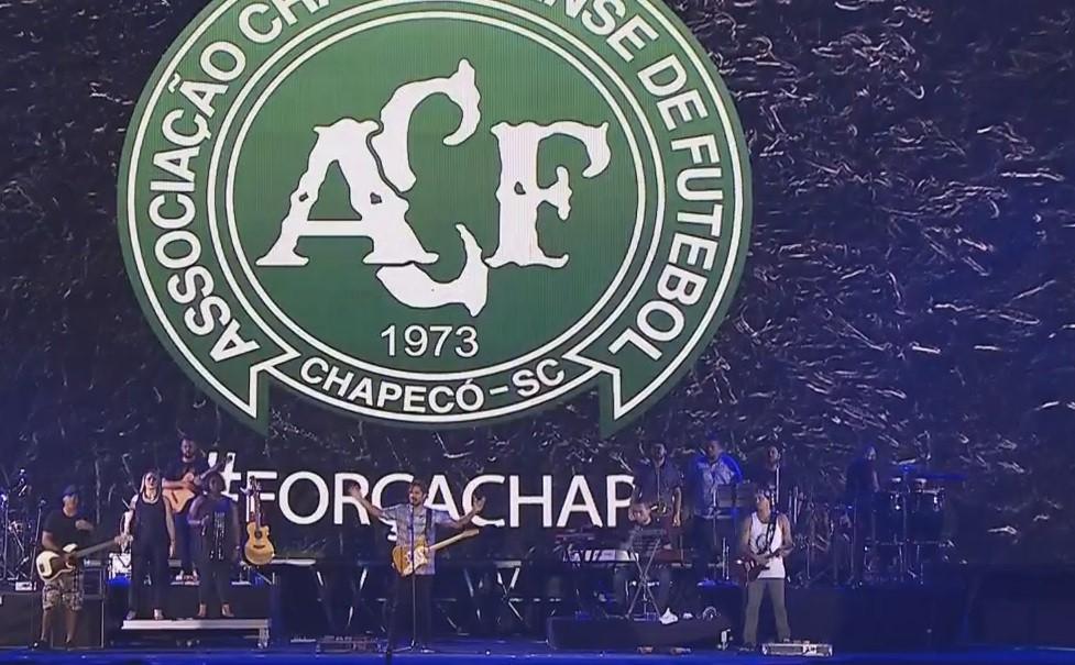 Natiruts homenageia vtimas do voo da Chapecoense no Festival de Vero de Salvador (Foto: Reproduo/Multishow)