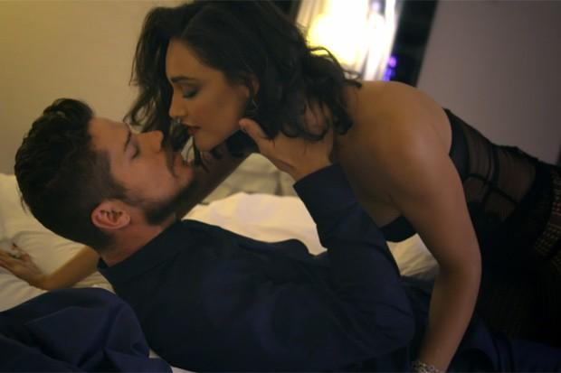 Débora Nascimento e José Loreto: clima esquenta em vídeo exclusivo do aniversário de cinco anos da GQ Brasil (Foto: Reprodução)